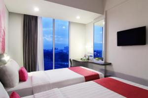 A bed or beds in a room at Favehotel Pekanbaru