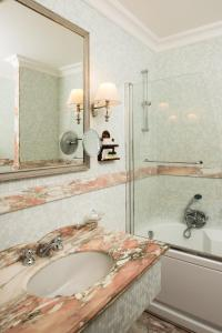 A bathroom at Hotel Imperiale
