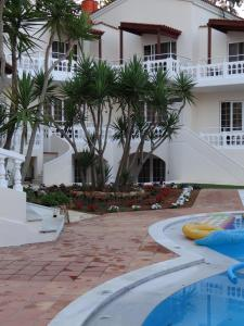 The swimming pool at or close to Perla Beach