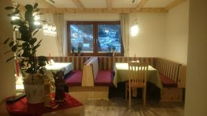 A restaurant or other place to eat at Haus Soldanella