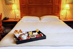 A bed or beds in a room at Hôtel De Fleurie