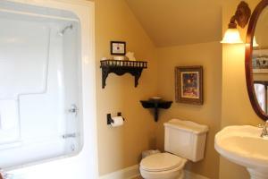 Ванная комната в Lynwood Inn