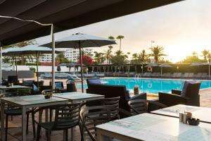 A restaurant or other place to eat at AxelBeach Maspalomas - Apartments and Lounge Club - Adults Only