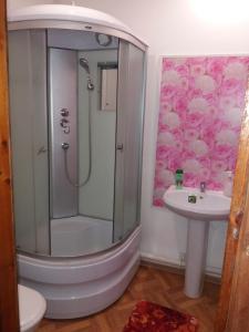 "A bathroom at ""Визит, как дома"""