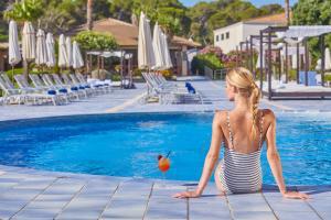 Basen w obiekcie Blau PortoPetro Beach Resort & Spa lub w pobliżu