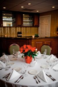 A restaurant or other place to eat at Lambertville House