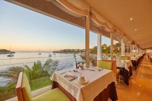 En restaurang eller annat matställe på Blau PortoPetro Beach Resort & Spa
