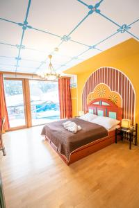 A bed or beds in a room at Kinderhotel Appelhof