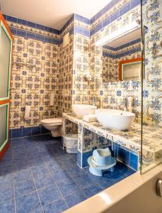 A bathroom at Kinderhotel Appelhof