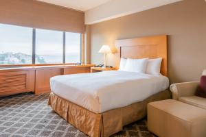 A bed or beds in a room at Hilton San Francisco Financial District