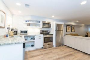 A kitchen or kitchenette at Sunny Apartment w/ Free Parking!