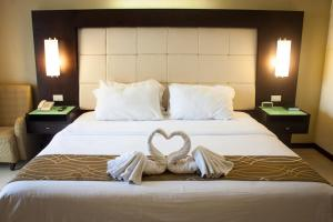 A bed or beds in a room at Circle Inn - Iloilo City Center