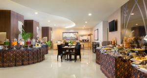 A restaurant or other place to eat at Best Western Papilio Hotel