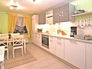 Küche/Küchenzeile in der Unterkunft Cozy Apartment in Wienrode with Pond
