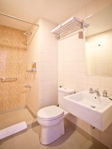 A bathroom at Amaris Hotel Pratama Nusa Dua
