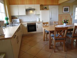 A kitchen or kitchenette at Pension Kölzer