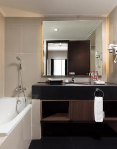 A bathroom at Best Western Papilio Hotel