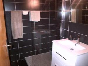 A bathroom at RÉSIDENCE LES FAYARDS