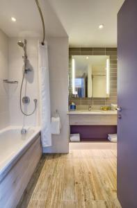 A bathroom at Hilton Garden Inn Dublin Custom House