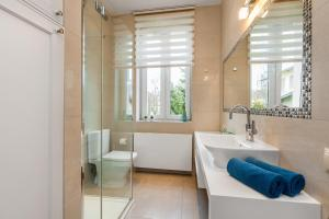 A bathroom at Apartamenty Black&White - Apartament Royal