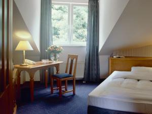 A bed or beds in a room at Flörsheimer Hof