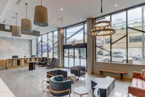 The lounge or bar area at Microtel Inn by Wyndham Long Island City