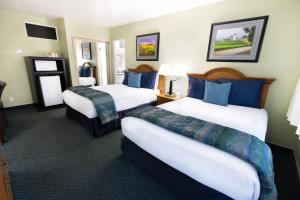 A bed or beds in a room at King Frederik Inn