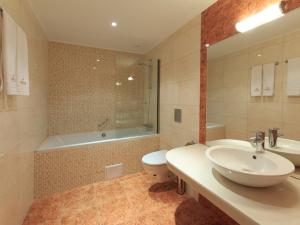 A bathroom at Agusta Spa Hotel
