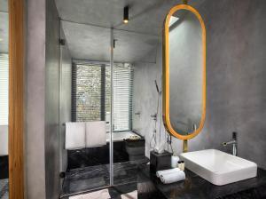 A bathroom at The Roseate Ganges Rishikesh