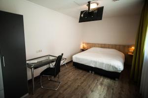 Een bed of bedden in een kamer bij Hotel Taurus