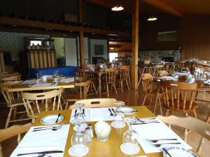 A restaurant or other place to eat at Duck Cove Inn