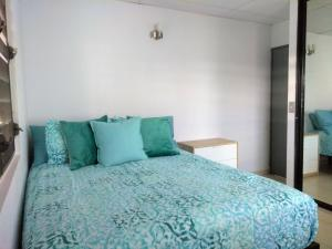 A bed or beds in a room at Urban Terrace Apartment in San Juan