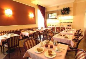 A restaurant or other place to eat at Hotel Garda