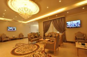 Uma área de estar em Rozaio Hotel