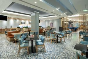 Um restaurante ou outro lugar para comer em Park Inn by Radisson Jubail Industrial City