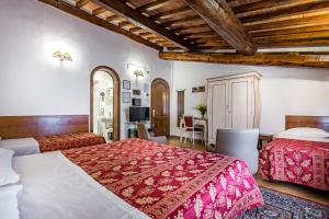 A bed or beds in a room at Hotel Collodi Firenze