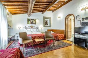 A seating area at Hotel Collodi Firenze