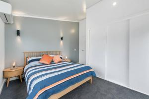 A bed or beds in a room at 3 WISE MONKEYS, MANSFIELD