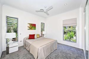 A bed or beds in a room at Woodgate Beach Houses