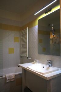 A bathroom at Best Western Blanche de Castille Dourdan
