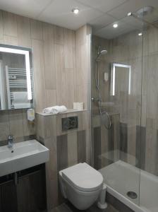 Salle de bains dans l'établissement Hôtel du Golf Saint-Laurent,The Originals Relais