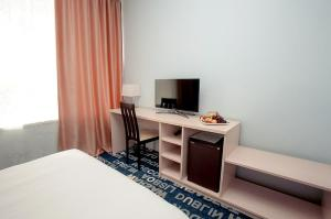 A television and/or entertainment centre at Yunost Hotel