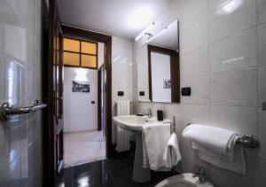 "A bathroom at Casa Senatore ""Dolci Vacanze"""