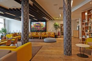 The lounge or bar area at Novotel München City Arnulfpark