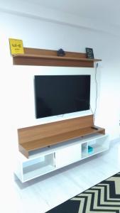A television and/or entertainment center at Apartamento Ilhéus - Vog Sul