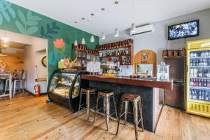 The lounge or bar area at Selina Pedasi