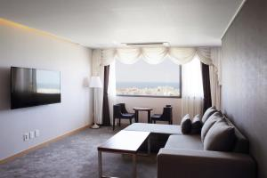 A seating area at Hotel Shalom Jeju