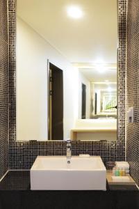 A bathroom at Hotel Shalom Jeju
