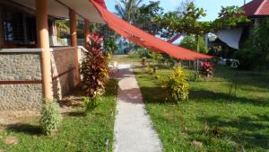 A garden outside Ferienhaus am Strand von Sibuyan in der Nähe von Cresta de Gallo