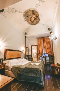 Cama ou camas em um quarto em Domus Florentiae Hotel